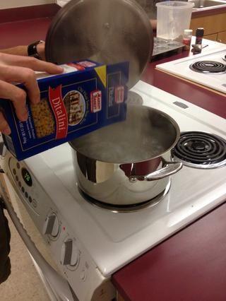 añadir la pasta al agua hirviendo y cocinar hasta aldente