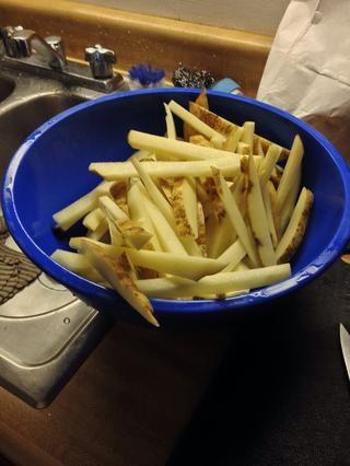 Patatas rebanada en tiras. No tengo ni idea de si se trata de una media pulgada, por lo que sólo córtelas en el tamaño de las tiras que usted prefiera.