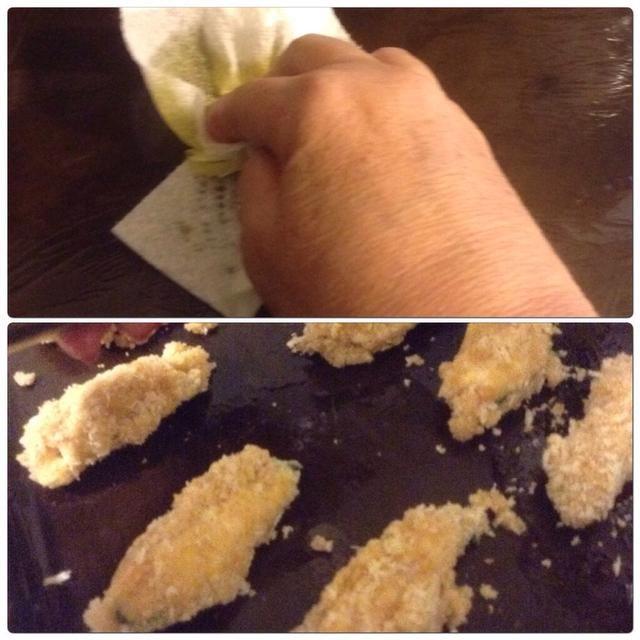 Tira los jalapeños rellenos en la mezcla de huevo y luego la mezcla de miga de pan (Couldn't take a photo because my hands were a mess!) Place on a cookie sheet that's lightly greased with olive oil.