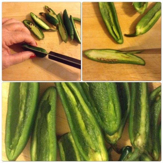 Cortar los jalapeños longitudinalmente. Quite las semillas, tallos y membrana.