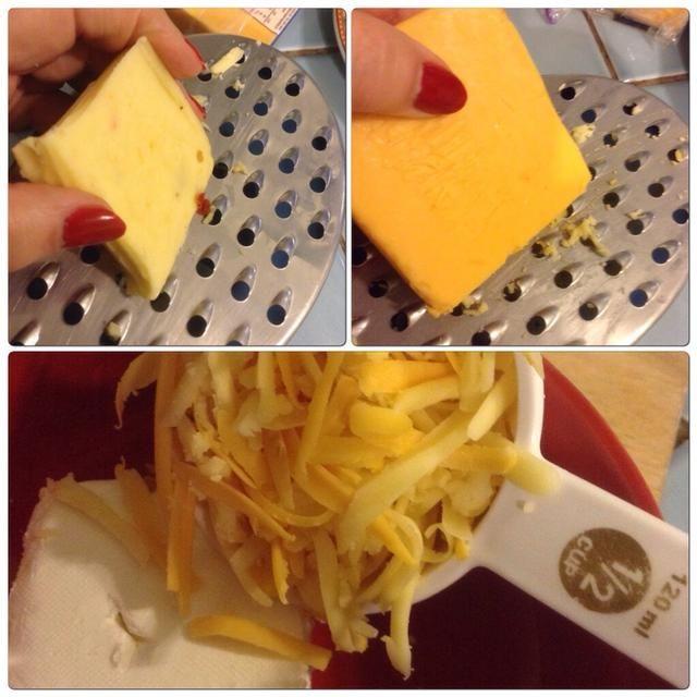 Rallar queso cheddar y añadir a la crema de queso.