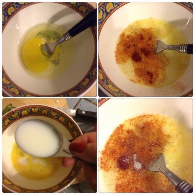 Batir los huevos en otro bol. Agregue la leche y el pimentón. Batir bien.