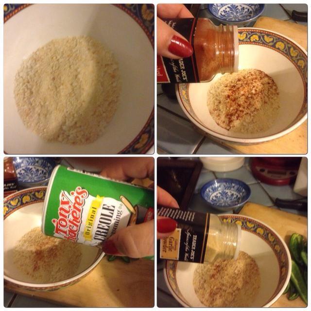 En otro bol poner el pan rallado (yo usé una mezcla de pan rallado y pan rallado regulares panko). Añadir una pizca de pimentón, ajo y si quieres (yo quería!) Una pizca de condimento criollo.
