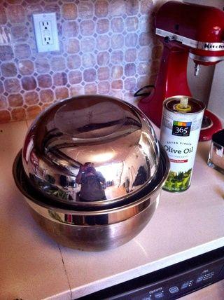 Ponga un tazón grande sobre su tazón de fuente de corriente, como una coctelera gigante! Ahora temblar, obtener todos los que la col rizada ligeramente recubierto con que el aceite de oliva.