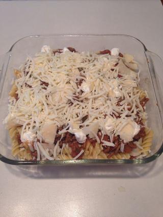 Añadir el resto del queso parmesano y quesos mozzarella.