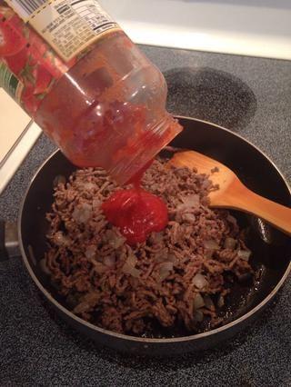 Añadir la salsa de espagueti.