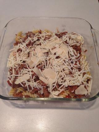 Añadir la mitad del queso parmesano y la mitad de los quesos mozzarella.