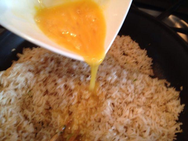 Mezclar el huevo con arroz