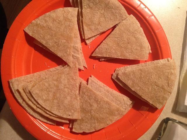 Solía tijeras de cocina, pero sólo puedo utilizar un cuchillo y cortar cuatro tortillas en 6 piezas triangulares. Después de cortar ellos usted debe tener 24 piezas triangulares.