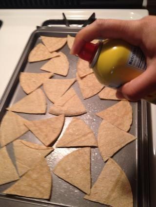 Coloque las piezas en bandeja de horno y rociar ligeramente con aceite en aerosol.
