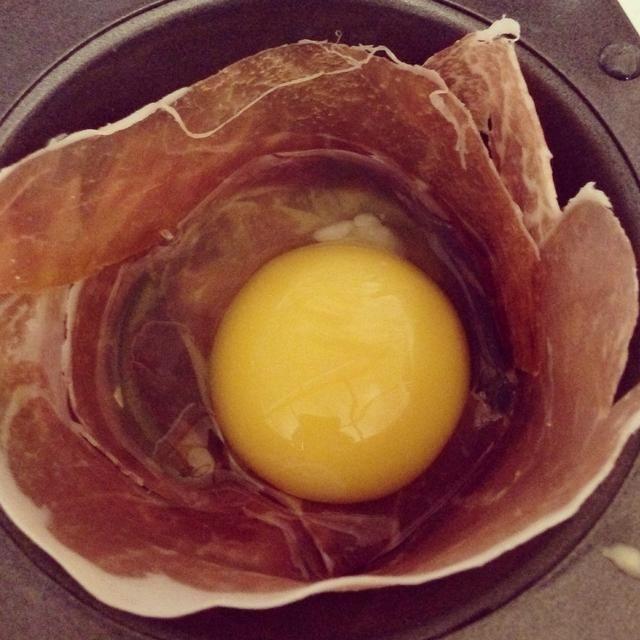 Romper un solo huevo en cada jamón o tocino tazón.