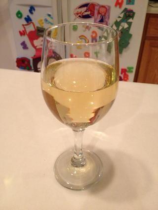 Mientras espera, no dude en tomar una copa de vino. Esta noche's delight is Rapidan River peach wine made in Leon, Virginia about 30 miles north of Charlottesville. This step is optional, of course. ��