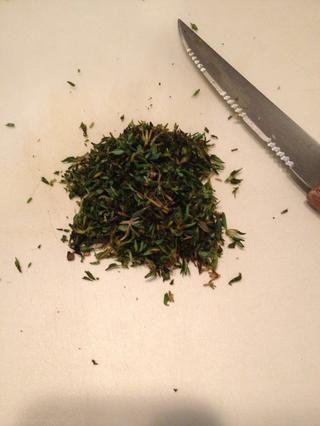 Mientras espera, picar finamente tomillo fresco para hacer 2 cucharadas.