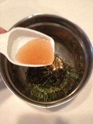 Coloque el tomillo en un tazón pequeño y agregar el vinagre balsámico.