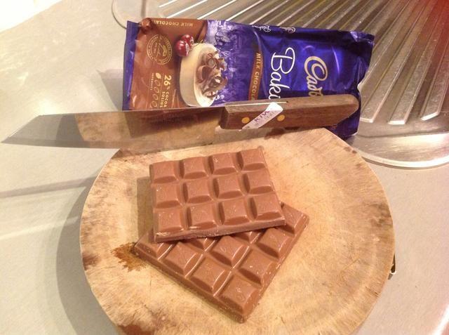 Picar el chocolate en trozos gruesos