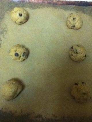 Retire la masa de la nevera. Enrolle las galletas en bolas, por grande que quieras: D