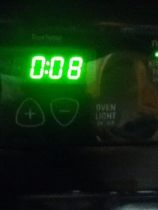 Coloque las galletas en el horno, y ajustar el temporizador durante unos 8 minutos. Se debe tomar de 8-10 minutos