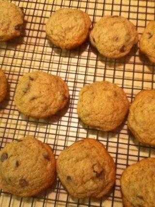 Deje que las cookies se sientan durante 5 minutos en las bandejas para hornear después de retirar del horno, a continuación, coloque en un estante de enfriamiento del alambre.