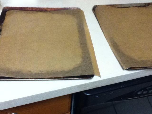 Línea 2 bandejas para hornear con papel pergamino.