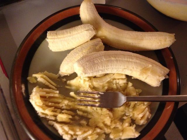 Triturar los plátanos. Se sabe muy bien con trozos de plátano pero es's up to you!