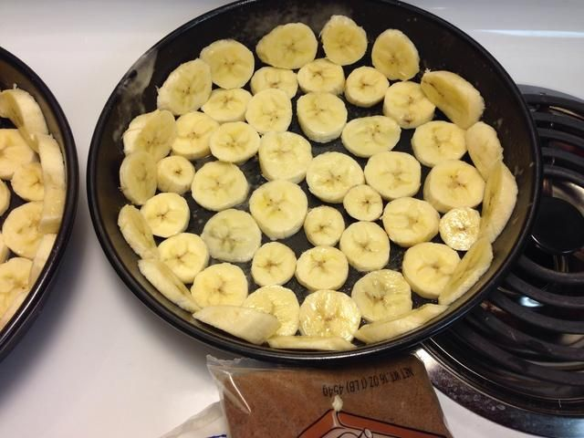 Coloque las rodajas de banano de manera uniforme en la parte inferior de los dos moldes para pasteles.