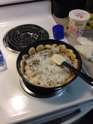 Espolvorear el coco sobre salsa de azúcar morena.