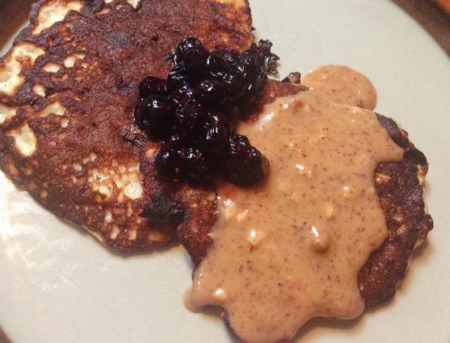 ..blueberries y propagación de almendras (mantequilla de almendras). ¡Qué delicia (y todavía bastante saludable)!