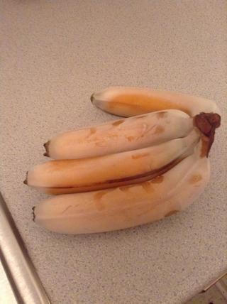 Tome las bananas fuera del congelador después de la hora .. Los dejé toda la noche ... Pero yo los puse en el microondas durante 45 segundos para aflojar la piel ...