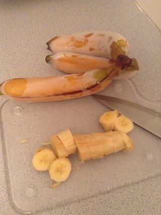 Cortar las bananas e inmediatamente ponerlos en la licuadora o procesador de alimentos ... No descongele a cabo o que obtendrán blanda y gruesa