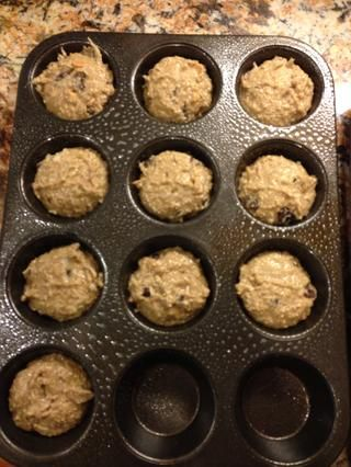 Scoop en un molde para muffins engrasados!