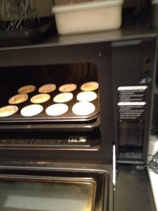 Poner en el horno durante 20 minutos. O hasta que se cocina el pastel (el atornillador salga limpio del centro de las magdalenas)