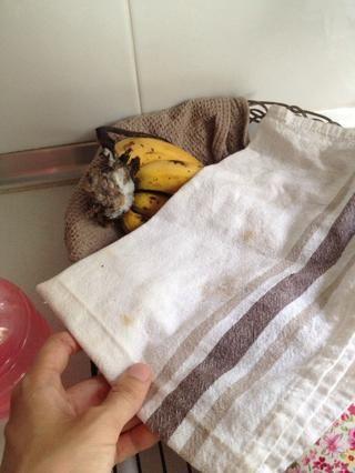 Sugerencia ?????? Recomiendo poner paño de cocina sobre los plátanos como manta cada vez. De esta manera se madura más lentamente, por lo que puede mantener un poco más.