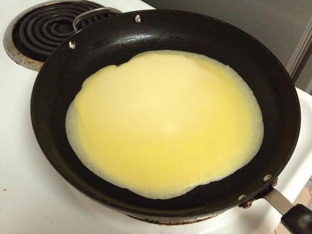Cocinar nuestra mezcla de crepe por un minuto por cada lado.