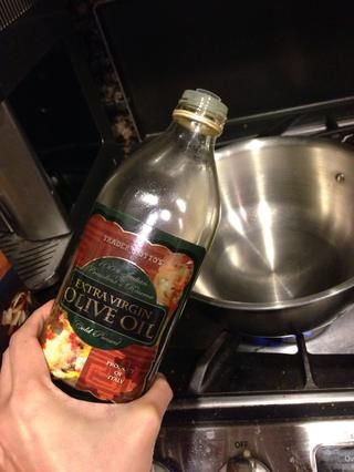 Pareja calor cucharada de aceite