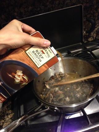 Añadir una caja de caldo de carne baja en sodio