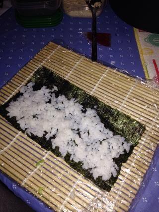 Después de que se establecen alguna pizca de arroz algunos de sésamo blanco y negro y luego voltear las algas más. Me gusta el arroz hacia fuera pero u puedo mantenerlo dentro también depende de ti.