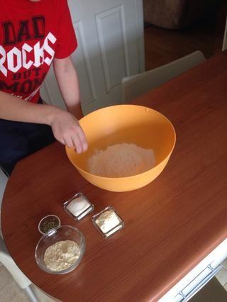 Añadir 1 1/4 cucharadita de sal a la harina 2 c