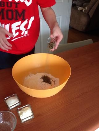 Añadir 1 cucharada de albahaca seca