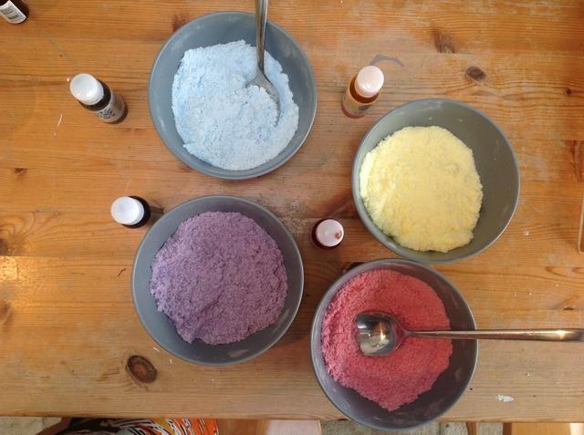 Separados en cuatro cuencos y el uso de diferentes cucharas para cada color de la mezcla del tinte en gotas y agitar rápidamente para evitar la mezcla de formación de espuma hasta