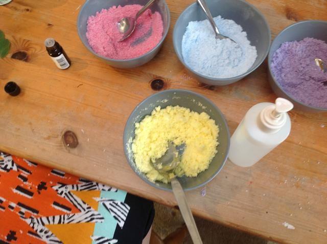 Uno a la vez poner 2 1.2 ml de cada aceite esencial en dos de sus 4 colores y se agita, luego rocíe en primeros 2 pulverizaciones de agua en una de las mezclas y agitar rápidamente para evitar que fizzing