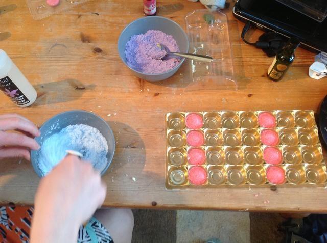 Empuje la mezcla sigue siendo uno en un momento tan duro como sea posible en sus moldes elegidos, ellos repiten el paso anterior, seguido de éste con cada uno de los colores hasta que've used up all of your powders