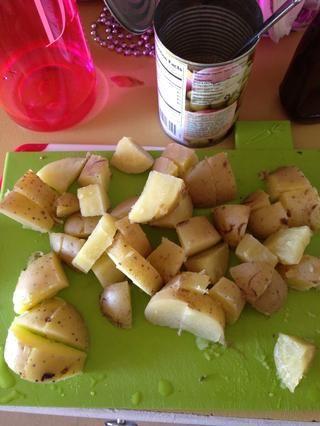 Cortar en cubos y agregar a las verduras una vez que las verduras se hacen cocinar.