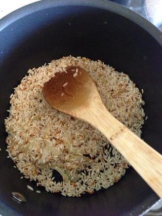 Una vez que se dore, añadir 6 tazas de agua caliente. También agregue el caldo y verduras mixtas congeladas y revuelva. Tapar y dejar cocer durante unos 15-20 minutos. Ajuste el quemador a fuego lento.