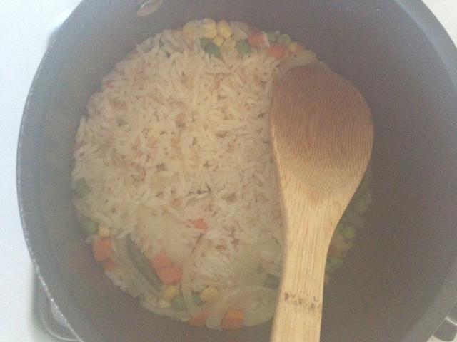 Es un poco difícil de decir, pero una vez que vea estos agujeros en el arroz (aproximadamente el ancho de un lápiz), cocinar por unos minutos más y luego apague la hornilla. Deja el arroz cubierta hasta que esté listo para comer.