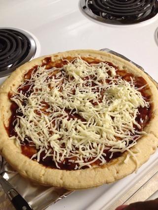 Espolvorear el queso en la pizza. Por mucho que te gusta.
