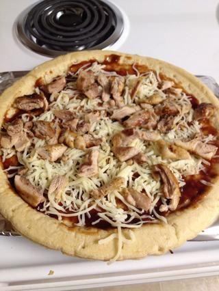 Agregue el pollo a la pizza.