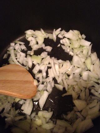 Fría las cebollas hasta que estén transparentes