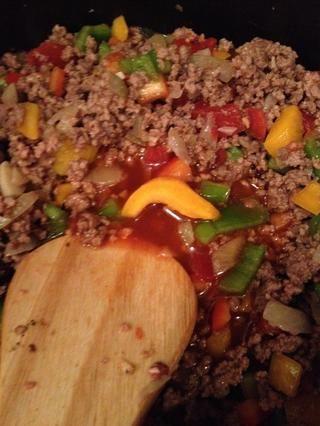 Añadir un poco de la salsa de enchilada