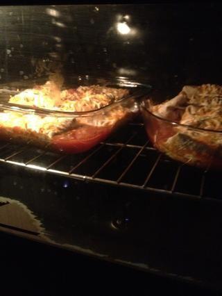Hornear en un horno de 180 cel grados durante 20 minutos o hasta que el queso me derretía y la salsa está burbujeando