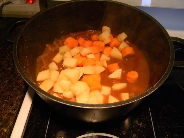Añadir las patatas y las zanahorias a la olla.
